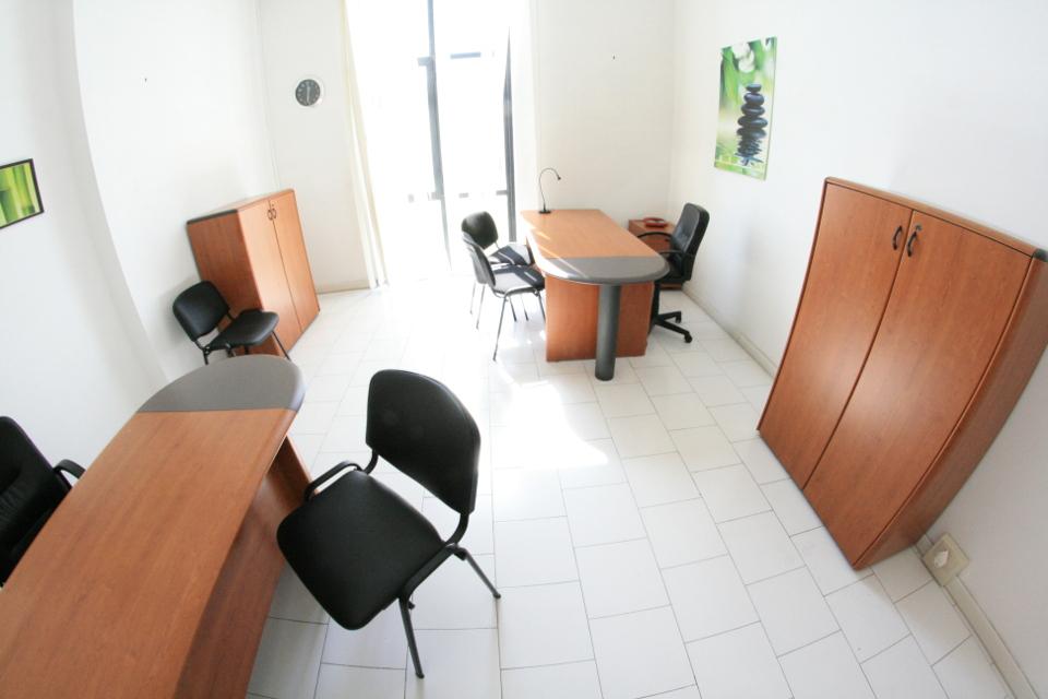 Napoli affitto ufficio pronto arredato parcheggio affitto for Ufficio arredato